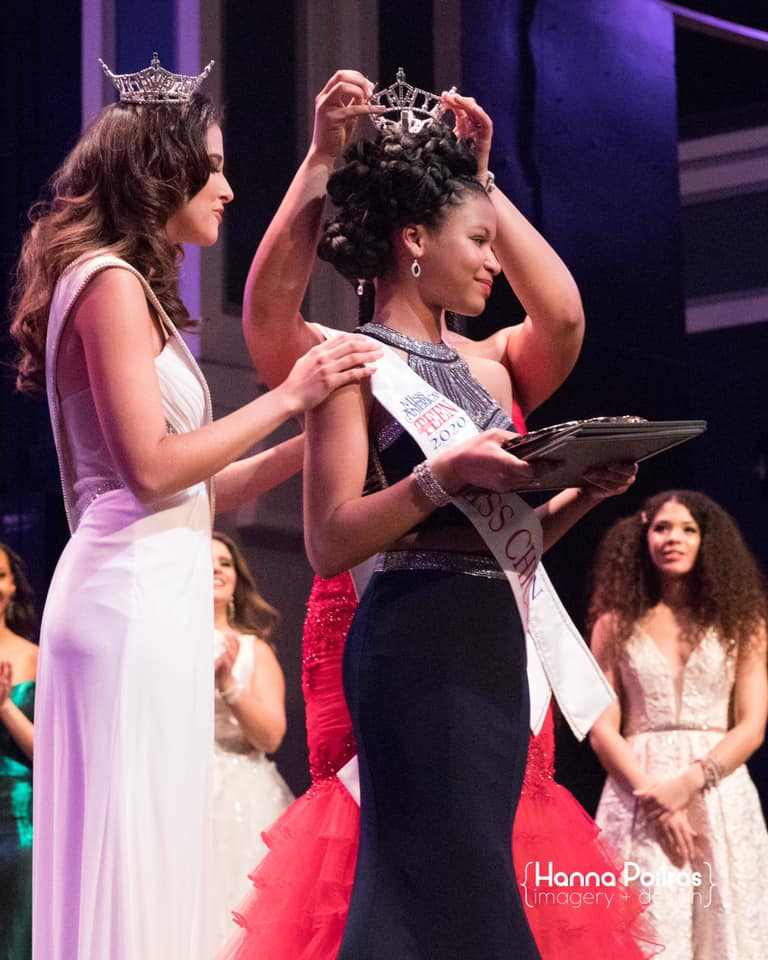 Eden Wilson being crowned Miss Chicago's Outstanding Teen 2020